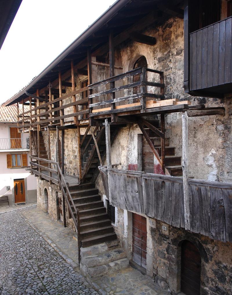 Valle brembana borgo di cavaglia brembilla trekking - Scale esterne casa ...