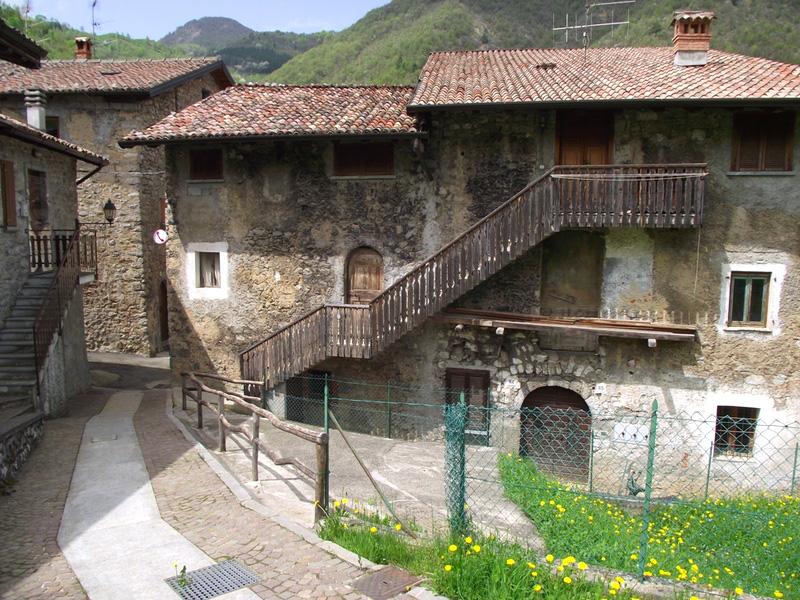Valle brembana monte molinasco 1176 m da alino un for Mobili medievali